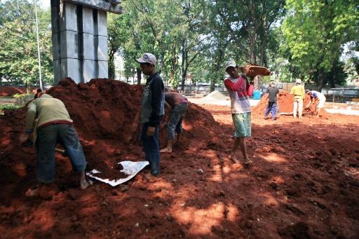 Para pekerja menambang tanah Jakarta. Selama ini penambangan dan perdagangan tanah Jakarta di pasar internasional masih terbatas dalam skala kecil. (photocourtesy thejakartapost.com)