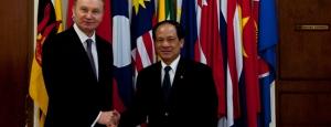 Duta Besar Ukraina untuk ASEAN Volodymyr Pakhil (kiri) berfoto bersama Sekretaris Jenderal ASEAN Le Luong Minh.