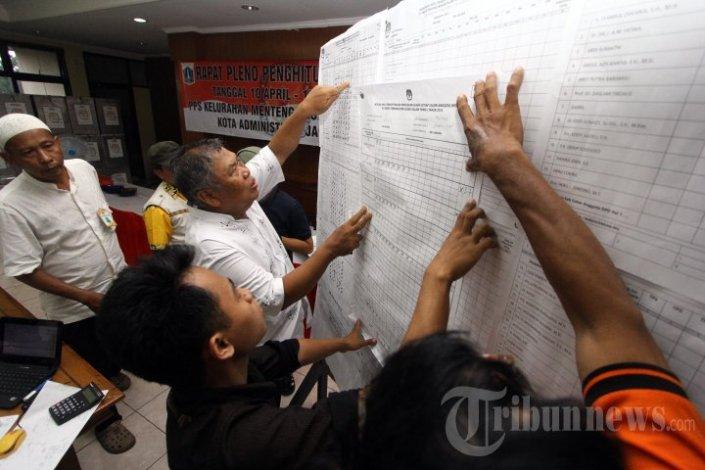 Penghitungan dan rekapitulasi suara hasil pemilu di tingkat kelurahan. Pada masa-masa inilah sering dilaporkan terjadi kecurangan pemilu, berupa penggelembungan, pencurian, dan jual-beli suara. (photo courtesy tribunnews.com)