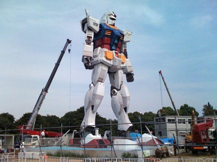 Prototipe Mobile Suit Gundam. Dirancang khusus sebagai mesin perang berat dengan satu pilot atau lebih, Gundam menjadi salah satu solusi yang ditawarkan untuk menghadapi ancaman  KAIJU. Menurut laporan yang dipublikasikan Strategic Insider, Mobile Suit akan segera diproduksi massal untuk kepentingan militer. (photo courtesy tenkai-japan.com)