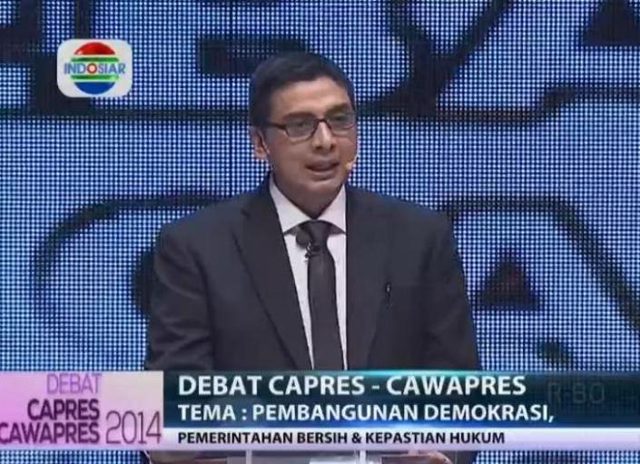 Moderator acara debat capres Zainal Arifin Mochtar. Berusaha membuat suasana acara kondusif dengan memperingatkan penonton berkali-kali agar tidak bertepuk tangan, Zainal justru menjadi sasaran kritik dan olok-olok di media sosial. (photo courtesy via kompasiana.com)