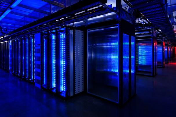 Ruang server Facebook. Saat terjadinya outage, ternyata salah satu server utama Facebook hilang secara misterius dan kembali setelah beberapa hari. Server tersebut berubah menjadi revolusioner dan mengajak server lain untuk melakukan 'revolusi bocor'. (photo courtesy kitapsun.com)