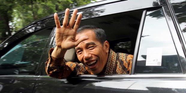 Jokowi saat dalam perjalanan menuju tempat kampanye. Penampilan lugu dan polos Jokowi menjadi pertimbangan Mattel untuk memproduksi lini boneka bertema dirinya. Mattel bahkan mempersiapkan edisi khusus kolektor, berupa paket boneka Jokowi lengkap dengan action figure para jurnalis dan wartawan yang selalu mengikutinya ke mana-mana. (photo courtesy penaone.com)