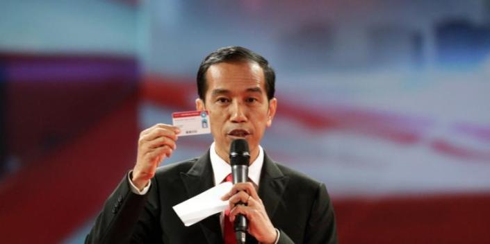 Jokowi dalam debat capres hari Minggu lalu (15/6). Gigih dalam memperkenalkan Kartu Indonesia Sehat, Jokowi dinilai pendukungnya memiliki jiwa  salesman yang kuat, dan mereka yakin Jokowi bisa meyakinkan masyarakat untuk mendukung program-program onlinenya. (photo courtesy kompas.com)