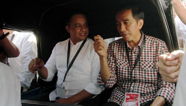 Jokowi menumpang bajaj ke KPU Pusat untuk mengambil undian nomor urut dalam pilpres. Ingin tampil merakyat, Jokowi mendapatkan kritik karena rombongannya menggunakan bajaj melalui jalur-jalur yang menurut peraturan melarang lewatnya kendaraan bajaj. Para pengkritik menekankan pada posisi Jokowi sebagai Gubernur DKI Jakarta yang seharusnya tetap menaati hukum dan peraturan yang ada di wilayah kewenangannya. (photo courtesy tempo.co)