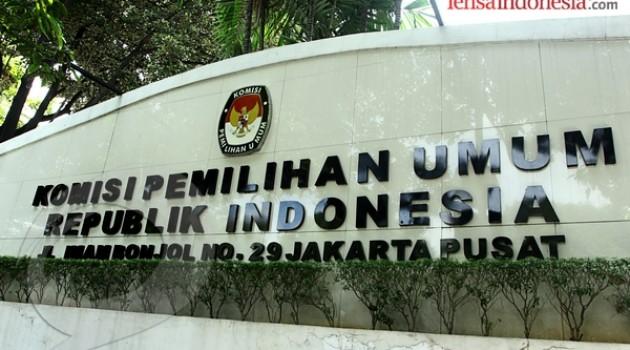 Kantor KPU Pusat di Jalan Imam Bonjol, Jakarta Pusat. Dalam seminggu terakhir, banyak pengendara bajaj yang mangkal di depan Kantor KPU.  Padahal, peraturan mengenai ruas jalan tersebut tidak memperbolehkan kendaraan bajaj untuk melintas, apalagi mangkal di jalan tersebut. (photo courtesy lensaindonesia.com)