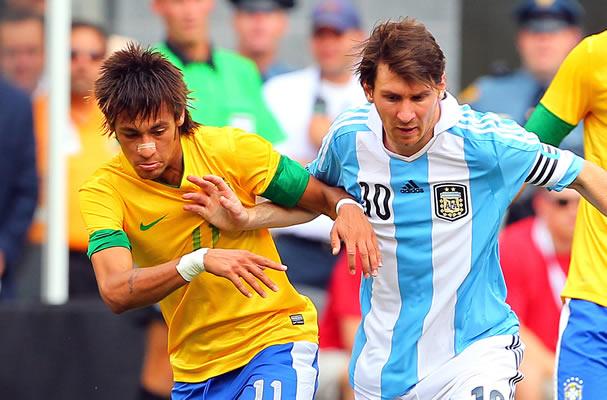 Pesepakbola Neymar dan Lionel Messi bertanding mewakili negaranya masing-masing, Brazil dan Argentina. Kedua kandidat tersebut secara mengejutkan menempati peringkat teratas elektabilitas dalam survei yang dilakukan oleh GARANUS. (photo courtesy completesnigeriasports.com)