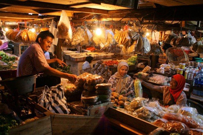 Salah satu pasar tradisional di Indonesia. Banyak komoditas pangan yang dijual di pasar-pasar merupakan hasil impor. Meski ada pendapat bahwa bahan impor dibutuhkan karena produksi lokal tidak mencukupi kebutuhan,  permasalahan infrastruktur seringkali lebih dominan karena sulitnya mengirim komoditas dari tempat produksi ke kantong-kantong pasar. (photo courtesy businessview.co)