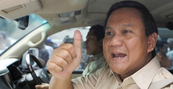 Prabowo saat menuju sebuah acara kampanye. Sebagai capres, tentu fokus Prabowo ada pada pemenangan pilpres. Ini menjadi batu sandungan bagi WWE untuk merekrutnya. Meski demikian, WWE tetap mengajukan alternatif yaitu tawaran untuk menjadi investor. (photo courtesy itoday.co.id)