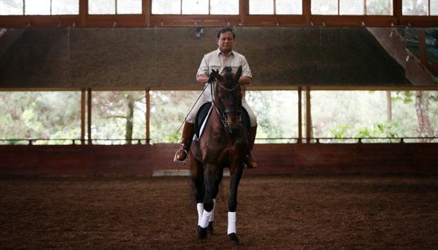 Prabowo berkuda di sebuah fasilitas di areal kediamannya. Kegemaran Prabowo akan olahraga berkuda sudah diketahui secara luas oleh publik. Tapi tidak demikian dengan kegemaran Prabowo atas kuda-kuda mekanis. (photo courtesy progressivenews.com)