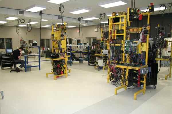Salah satu ruangan laboratorium robotik di LARON. Beberapa program penelitian terpaksa terhenti akibat pemotongan anggaran pemerintah. Meski demikian, LARON berusaha mencari sumber dana mandiri agar paling tidak beberapa program krusial bisa tetap berjalan. (photo courtesy 21rirobotics.com)