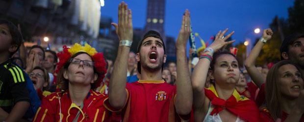 Kekecewaan pendukung timnas Spanyol saat menyaksikan Charles Aranguiz mencetak gol kedua bagi Chile di pertandingan melawan Spanyol. Dalam keikutsertaannya di Piala Dunia yang diselenggarakan di Amerika Latin pasca 1950, Spanyol dan Portugal - bekas penguasa wilayah tersebut - tidak memiliki catatan rekor prestasi yang baik. (photo courtesy firstpost.com/AP)