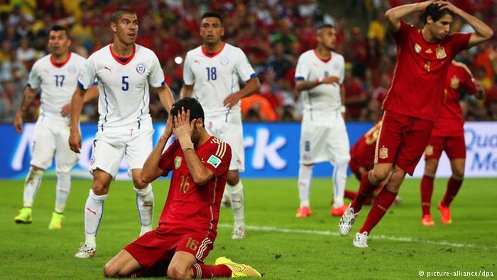 Kekecewaan Sergio Busquets dan rekan-rekannya saat gagal menjaringkan bola ke gawang lawan. Permainan tiki-taka Spanyol tidak berkutik melawan Belanda dan Chile. Pada pertandingan terakhir, buruknya permainan timnas Spanyol disinyalir lantaran lunturnya kepercayaan diri para pemain setelah mengetahui istilah tiki-taka disangka diparodikan menjadi 'cepika-cepiki' . (photo courtesy dw.de)