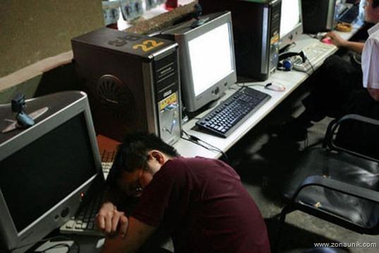 Seorang mahasiswa tertidur di depan layar monitor di ruangan warnet LARON. Salah satu kekhawatiran LARON adalah banyaknya pelajar dan mahasiswa yang bolos sekolah dan kuliah untuk bermain game online. Bahkan ada yang bermain game tiga hari berturut-turut tanpa henti. (photo courtesy cybermagazines.com)
