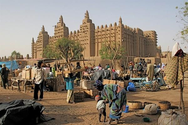 Bangunan Universitas Timbuktu, saksi dari kejayaan kota tersebut di masa lalu sebagai pusat ilmu pengetahuan dan tempat berkumpulnya para cendekiawan. Kini, Timbuktu hanyalah salah satu kota miskin di Afrika. (photo courtesy ecotravellerguide.com)