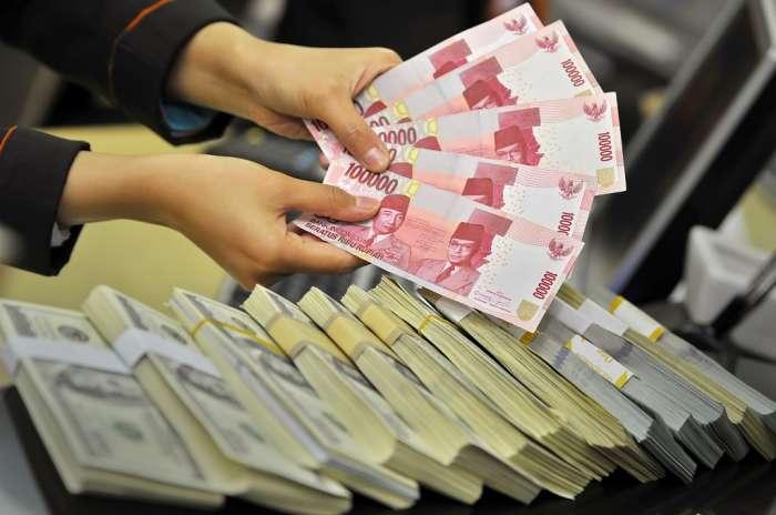 Program e-PNS menggantikan para pegawai negeri manusia diperkirakan akan menghemat anggaran negara hingga 100 trilyun rupiah setiap tahunnya. Pengeluaran bagi mantan PNS juga akan dipermudah dengan adanya e-pensiun dan e-rupiah, meski belum diketahui bagaimana cara kerja konsep tersebut. (photo courtesy metrotvnews.com)