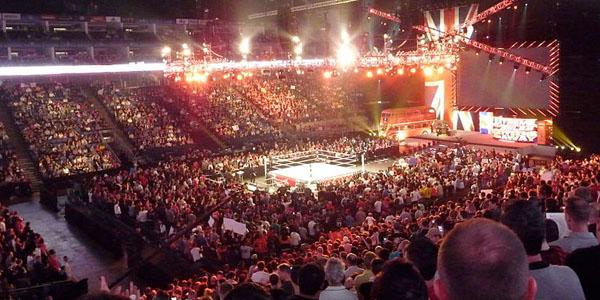 Pertunjukan gulat profesional WWE RAW. Acara-acara WWE ditayangkan di lebih dari 150 negara dalam 30 bahasa. Tidak hanya itu, WWE sendiri adalah perusahaan global yang memiliki banyak cabang usaha, membuatnya menjadi entitas menarik untuk menanamkan investasi. (photo courtesy whatculture.com)