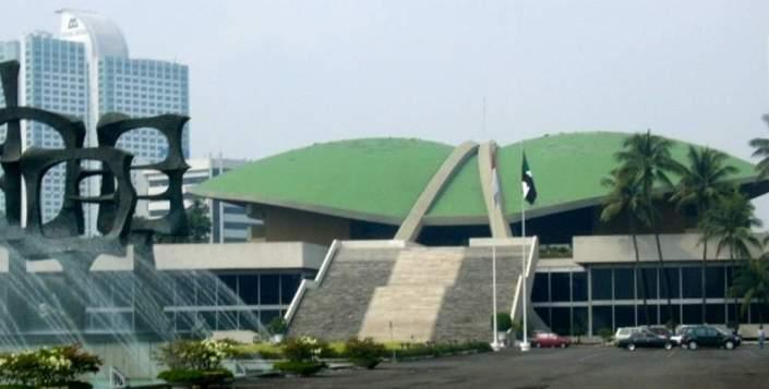 Gedung Dewan Perwakilan Rakyat (DPR) RI di Senayan. Di gedung inilah, para anggota DPR memiliki tugas untuk mewakili konsituennya masing-masing serta membahas berbagai macam isu, permasalahan, dan legislasi untuk dipertanggungjawabkan kepada masyarakat. (photo courtesy acehterkini.com)