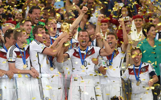 Para pemain timnas Jerman merayakan kemenangan mereka bersama trofi Piala Dunia. Ini merupakan kemenangan keempat Jerman di final Piala Dunia setelah sebelumnya juara pada tahun 1954, 1974, dan 1990. Gelar juara tahun ini mengejutkan karena didapatkan di tanah Amerika Latin, di mana sebelumnya tidak pernah ada negara Eropa yang memenangkan turnamen tersebut di benua Amerika. (photo courtesy usatoday.com)