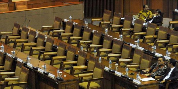 Kursi kosong di ruang rapat paripurna DPR saat sesi istirahat. Sayangnya, dalam sesi rapat aktif sekalipun, cukup banyak kejadian di mana kursi-kursi tersebut tidak terisi secara penuh. Fenomena ini merupakan salah satu penyebab turunnya rasa kepercayaan masyarakat terhadap para anggota DPR. (photo courtesy cahayareformasi.com)
