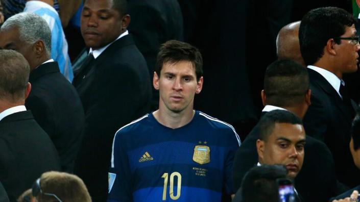 Lionel Messi berjalan dengan lesu menuju tribun utama untuk menerima trofi Bola Emas. Meski demikian, media massa mungkin akan menuding FIFA memberikan perlakuan khusus kepada Messi karena kapten timnas Argentina tersebut merupakan salah satu duta Adidas, partner resmi FIFA dalam perhelatan Piala Dunia 2014. (photo courtesy bbc.co.uk)