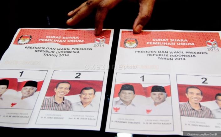 Surat suara pilpres 2014. Pada tanggal 9 Juli kemarin, masyarakat Indonesia telah melaksanakan hak konstitusionalnya sebagai warga negara untuk memilih calon pemimpinnya. Keputusan akhir mengenai pemenang pilpres akan diumumkan oleh KPU pada tanggal 22 Juli 2014 setelah melalui proses penghitungan manual atau real count yang dilakukan oleh lembaga tersebut. (photo courtesy okezone.tv)